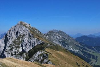 Iz Kofce gore gremo preko gore Kladivo do Škrbine in se krožno vračamo preko planin Pungart in Šija.