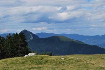 Na Kranjski rebri oziroma Kašne planine se odpre razgled na Menino planino.