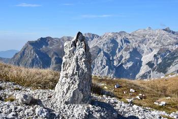 Kser se nahaja v južnem predelu Julijskih Alp na zahodnem delu Spodnjih Bohinjskih gora visoko nad dolino Tolminke.
