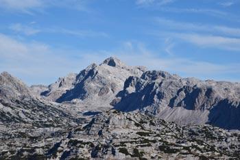Lanževica zaključuje greben, ki se prične na Bogatinskem sedlu, z nje pa se odlično vidi Krn in tudi Kanin.