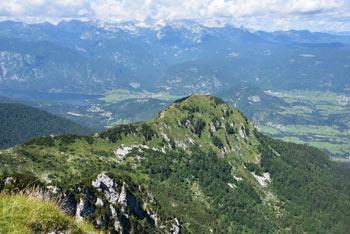 S Črne prsti se vidi, da je Lisec stranski greben med Planino za Liscem in planino Osredki, kar je odlična krožna pot.