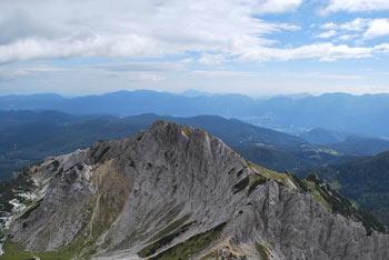 Brezpotni Mali Draški vrh se dviga visoko nad dolino Krme, z njega pa se odlično vidijo pobočja Rjavine pa tudi sosednjega Viševnika.