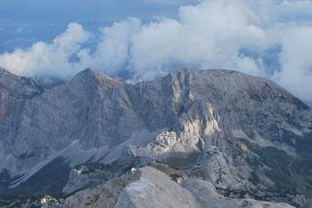 Preko gore Mali Triglav se da narediti zelo zahtevno krožno pot mimo Doma Planika.
