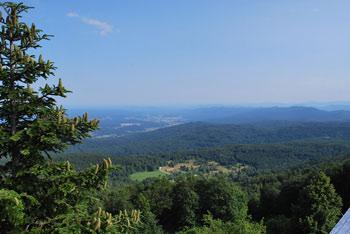 Iz Mirne Gore se odpre razgled na Belo krajino, Poljansko goro in vrhove Kočevskega Roga in Stojne.