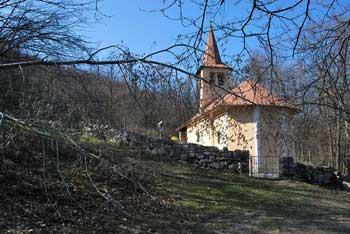Mitrej pri Rožancu pod cerkvijo Svetega Jurija je družinski izlet s pogledom na Semiško goro in Gorjance.