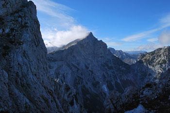 Molička peč je brezpotni vrh nad Robanovim kotom. Nad goro se vzpenja Velika Zelenica.