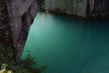 Most na Soči je znan po jezeru turkizne barve.