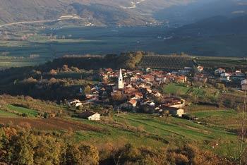 Obelunec je vrh s cerkvijo Marije Snežne nad izvrstno ohranjeno vasico Goče. Z njega se zelo lepo vidi pobočja pod Nanosom.