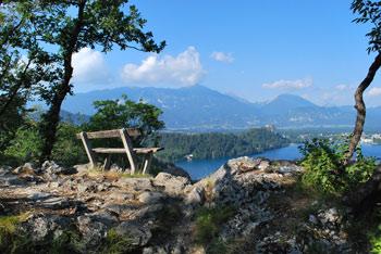 Ojstrica se nahaja nad Blejskim jezerom, ki je z nje zelo pogosto slikan.