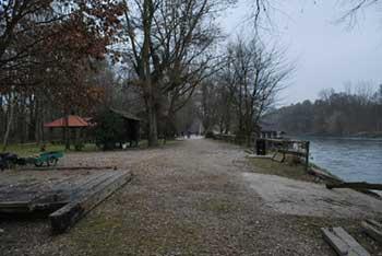 Otok ljubezni se nahaja ob reki Muri, kjer je tudi mlin.