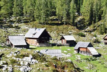 Julijske Alpe se ponašajo s planino Dedno polje, ki velja za eno lažje dostopnih v slovenskih gorah.