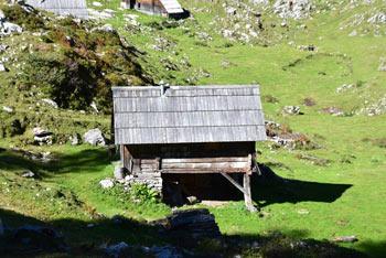 Planina Dedno polje prečkamo na poti proti Mali Tičarici, ki se nahaja nad Triglavskimi jezeri v Julijskih Alpah, navdišila pa nas bo s pastirskimi stani.