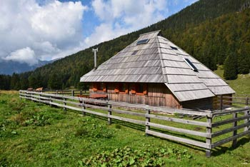 Planina Dol je znana po številnih lepo ohranjenih pastirskih stanih.