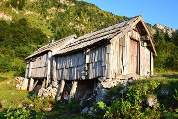 Planina Osredki ima pastirski stan preurejen v bivak z dvema zasilnima ležiščema.