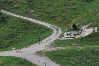 Planina Preval se nahaja pod pobočji Begunjščice.