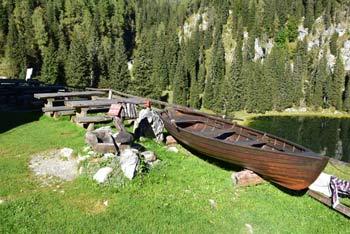 Planino pri Jezeru pohodniki večino prečkajo na poti proti Dolini Triglavskih jezer pod Malo Tičarico in Veliko Zelnarico.