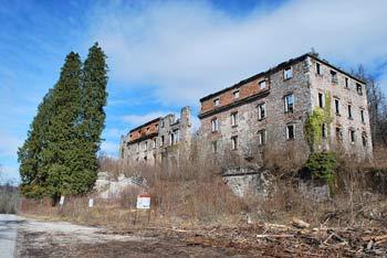 Planinsko polje je znano po gradu Haasberg, ki domuje nasproti Planinske gore.