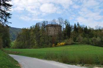 Reber se nahaja nad Trojanami in dolino z dvema gradovoma po imenu Kolovrat.