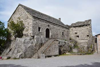 Repentabor je znan tudi po več megalitskih kamnih nad katerimi se odpre razgled na Tržaški Kras.