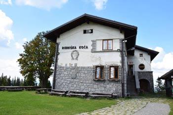 Ribniška koča na Pohorju se nahaja na poti do Črnega vrha, blizu pa je tudi Jezerski vrh z visokim spomenikom NOB ter Ribniško jezero, ki s številnimi kačjimi pastirji bo očaralo zlasti otroke.