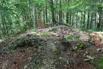Jerebičja skala je z ostanki rimskega zidu vredna ogleda tudi za zgodovinarje.