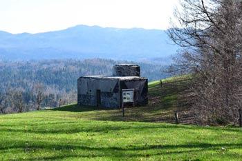 Rupnikova linija na Zaplani se deloma nahaja tudi poleg Rimskega obrambnega zidu imenovanega tudi Claustra Alpium Iuliarum.