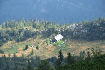 Mlakarjeva bajta na odmaknjeni in samotni planini Rzenik pod istoimensko goro.