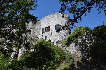 Socerb se nahaja visoko na Kraškem robu, z njega pa se odpre razgled na Šavrinsko gričevje, Tinjan, Tržaški zaliv, Piranski zaliv in Koprska brda.