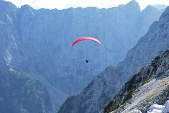 Srednja Ponca se nahaja med dolinama Tamar in Mangartsko dolino.