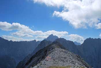 Iz Srednje Ponce se odpre razgled na velik del višjih vrhov Julijskih Alp.