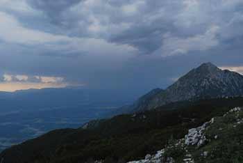Srednji vrh se nahaja visoko med Cjanovco in Storžičem.