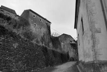 Štanjel je poln ozkih kamnitih ulic značilnih za Kras, v njemu pa dominira gotska cerkev.