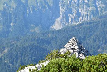 Stegovnik ima dolg grebenast vrh na katerem je kamniti možic za katerim se dviga dolga Košuta in njen najvišji vrh Veliko Kladivo.