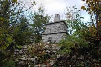 Stene Svete Ane so sredi gozda na Mali gori.