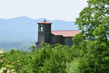 Sveta Lucija je romarska cerkvica pod bolj znano kapelico na pobočjih Trnovskega gozda.