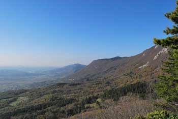 Sveta Marija nad Vitovljami je krožna pot v naravi. Družinski izlet, kjer se vidijo hribi Krasa.