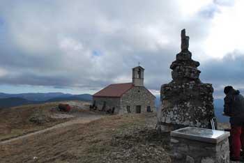 Sveta Trojica nad Pivko je na robu visokih Javornikov blizu Kršičevca.