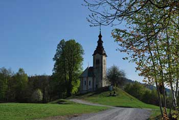 Cerkev svetega Andreja nad Škofjo Loko se nahaja na razglednem travnatem pomolu.