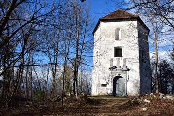 Legendarni Sveti Jožef nudi izlet v naravi, kjer se vidijo okoliški hribi.