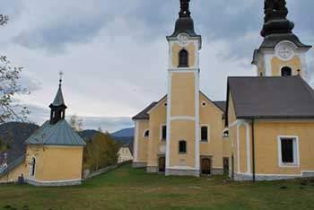 Sveti Križ nad Belimi vodami se imenuje tudi Oslovska gora, nahaja pa se pod vzhodnimi pobočji Smrekovca.