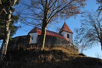Sveti Lovrenc ali tudi Polhograjska gora odpira razglede proti Krimu in Polhograjski Grmadi.