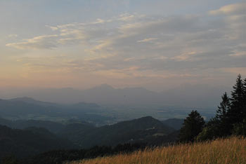 Proti jugu se od svetega Ožbolta nad Škofjo Loko zelo dobro vidi sveti Lovrenc, oziroma Polhograjska gora.