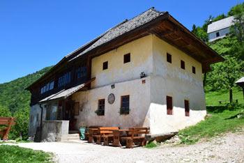 Sveti Primož nad Kamnikom se nahaja na pobočjih pod Veliko planino.