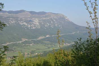 Od Svetega Socerba v Vipavskih brdih se odpre razgled na pobočja Nanosa, Trnovskega gozda in Čavna.