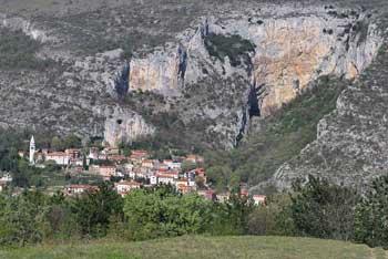 Tinjan je ena izmed vzpetin nad Tržaškim zalivom in Piranskim zalivom. Z njega se lepovidi Lačna, Kojnik, Črni Kal pa tudi Slavnik.
