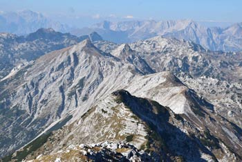 Tolminski Kuk se nahaja visoko nad Komno, nanj pa se odpravimo, ko gremo v Julijske Alpe preko planine Razor.
