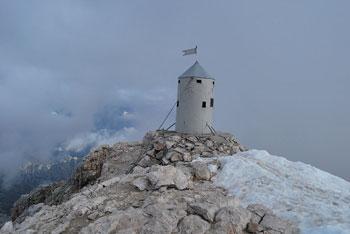 Triglav se nahaja med Kanjavcem in med Rjavino, najlepša pot nanj pa je iz doline Krme.