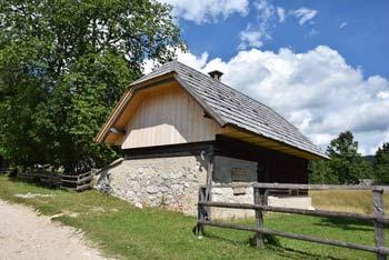 Uskovnica je razgledna planina, s katere se vidi vrhove Ogradi in ostale prezpotne gore.
