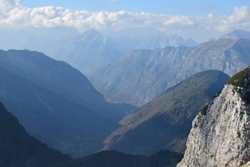 Velika Montura se nahaja v posoškem predelu Julijskih Alp med Krnskim pogorjem in Spodnjimi Bohinjskimi gorami.