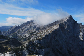 Velika Zelenica se dviga visoko nad Robanov kot. Nasproti nje sta Krofička, Ojstrica in nekaj nižjih hribov.